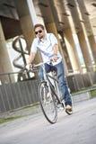 Bicicleta del montar a caballo del hombre joven Fotos de archivo libres de regalías