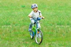 Bicicleta del montar a caballo del muchacho fotografía de archivo libre de regalías