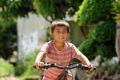 Bicicleta del montar a caballo del niño Fotos de archivo libres de regalías