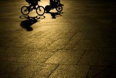 Bicicleta del montar a caballo del padre y del hijo Imagen de archivo libre de regalías