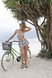 Bicicleta del montar a caballo en la isla tropical Fotografía de archivo libre de regalías