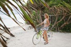 Bicicleta del montar a caballo en la isla tropical Fotos de archivo libres de regalías