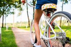 Bicicleta del montar a caballo en parque Fotos de archivo libres de regalías