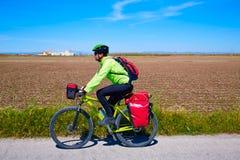 Bicicleta del motorista de MTB que viaja con los estantes del cuévano Foto de archivo libre de regalías