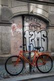 Bicicleta del rojo de Streetart Fotos de archivo