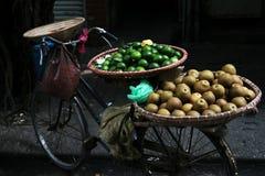Bicicleta del vendedor ambulante con la fruta tropical Imágenes de archivo libres de regalías