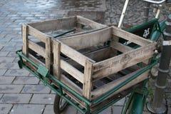 Bicicleta del vintage con un transporte de Colonia Alemania del vino de la caja de madera retro fotos de archivo libres de regalías
