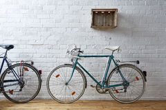 Bicicleta del vintage en el estudio blanco del ladrillo Foto de archivo libre de regalías