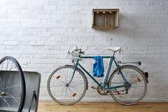 Bicicleta del vintage en estudio del whitebrick Imagen de archivo