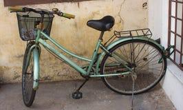 Bicicleta del vintage parqueada Foto de archivo libre de regalías