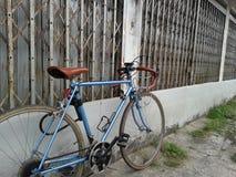Bicicleta del vintage y casa abandonada Imagen de archivo libre de regalías