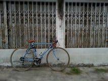 Bicicleta del vintage y casa abandonada Fotografía de archivo libre de regalías