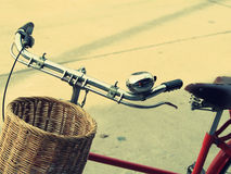 Bicicleta del vintage y portador de la cesta Foto de archivo libre de regalías