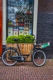 Bicicleta delante de un boutique en Amsterdam fotografía de archivo libre de regalías