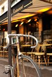 Bicicleta delante del café de París foto de archivo libre de regalías