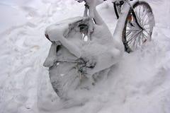 Bicicleta después de la tormenta de la nieve Fotos de archivo libres de regalías