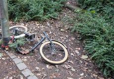 Bicicleta destrozada con las piezas robadas Imagenes de archivo