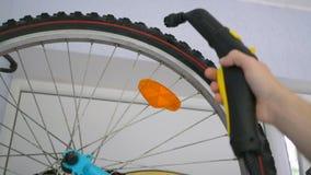 Bicicleta do ciclismo de limpeza com um líquido de limpeza do vapor Conceito de limpeza do dispositivo home video estoque