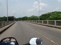 bicicleta do curso na ponte das estradas com natural Foto de Stock