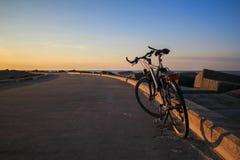 Bicicleta do estacionamento na maneira da praia Imagem de Stock
