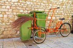 Bicicleta do lixo com vassoura. Imagem de Stock