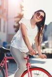 Bicicleta do passeio da menina do moderno foto de stock royalty free