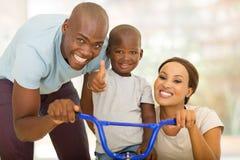 Bicicleta do passeio do filho dos pais Fotografia de Stock