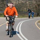 Bicicleta do passeio do homem com gato Fotografia de Stock Royalty Free