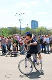 Bicicleta do passeio um do homem e da mulher imagem de stock royalty free
