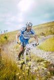 Bicicleta do piloto que vem para baixo a montanha Fotografia de Stock