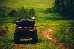 Bicicleta do quadrilátero de ATV na paisagem selvagem da natureza Fotografia de Stock