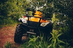 Bicicleta do quadrilátero de ATV na paisagem selvagem da natureza Fotografia de Stock Royalty Free
