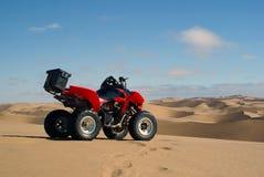 Bicicleta do quadrilátero no deserto de Namib Imagens de Stock