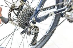 Bicicleta do reparo da mão do recruta whee com chave de fenda Imagem de Stock