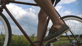 Bicicleta do vintage da equitação do homem novo na estrada rural sobre o campo Ciclismo desportivo do indivíduo ao longo da fuga  video estoque