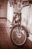 Bicicleta do vintage e parede de tijolo no assoalho de madeira Foto de Stock Royalty Free
