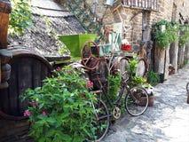 Bicicleta do vintage em um pátio retro Fotografia de Stock