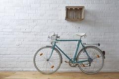 Bicicleta do vintage no estúdio do whitebrick imagens de stock