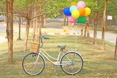 Bicicleta e balão Fotografia de Stock
