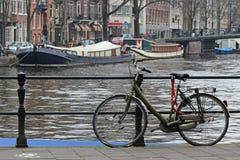 Bicicleta e barcos de Amsterdão fotos de stock royalty free