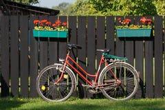 Bicicleta e cerca Imagens de Stock Royalty Free