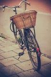Bicicleta e cesta Imagens de Stock Royalty Free