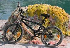 Bicicleta e engrenagem de pesca. Imagens de Stock Royalty Free
