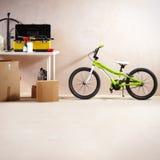 Bicicleta e equipamento de montanha imagens de stock