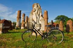 Bicicleta e estátua velhas de buddha Fotografia de Stock Royalty Free