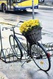 Bicicleta e flores amarelas Fotos de Stock Royalty Free