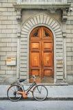 Bicicleta e Front Door imagem de stock