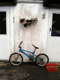 Bicicleta e parede azuis Foto de Stock