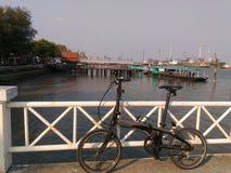 Bicicleta e rio Imagem de Stock