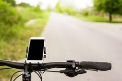 Bicicleta e Smartphone de Mountaion Imagem de Stock Royalty Free